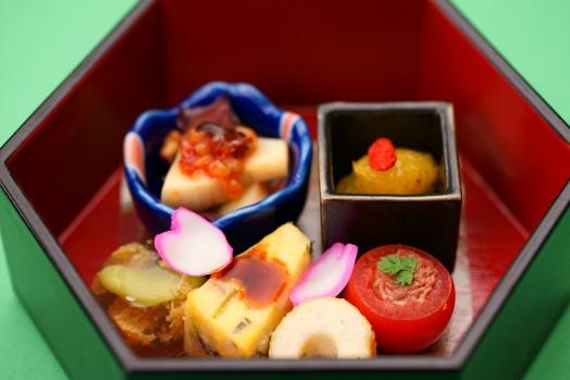 【季菜】竹の子と蛍烏賊を金山寺味噌で和えた物やしらすの竹輪・オリーブ油に漬けた夏みかんなど目と舌でお楽しみ下さい。