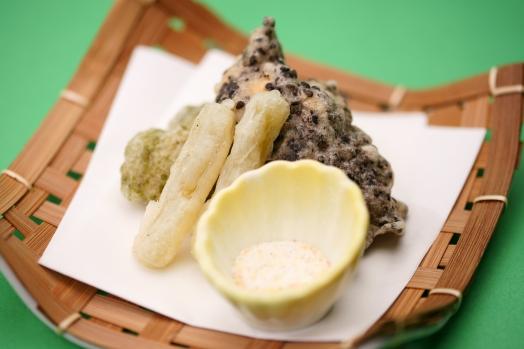 【揚物】鶏の天ぷらを二種の味であられ塩でお召し上がりください。