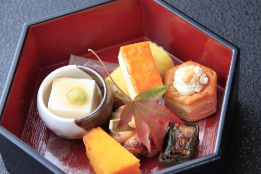 【季菜】 鶏柚庵焼き かちり寿し 燻チーズパイ 烏賊雲丹焼き 人参カステラ 秋刀魚昆布